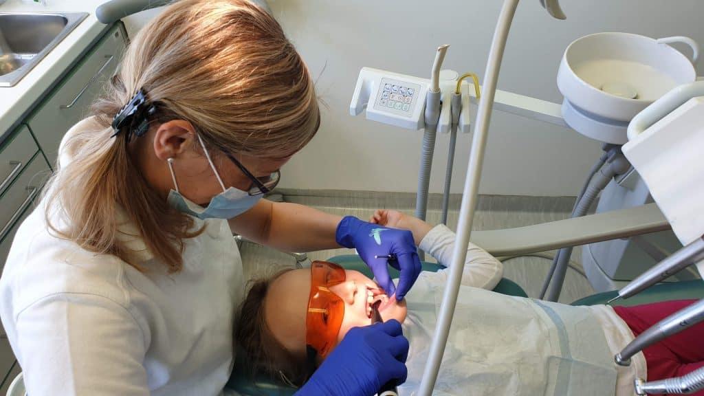 Strah pred zobozdravnikom pri otrocih je potrebno odstraniti